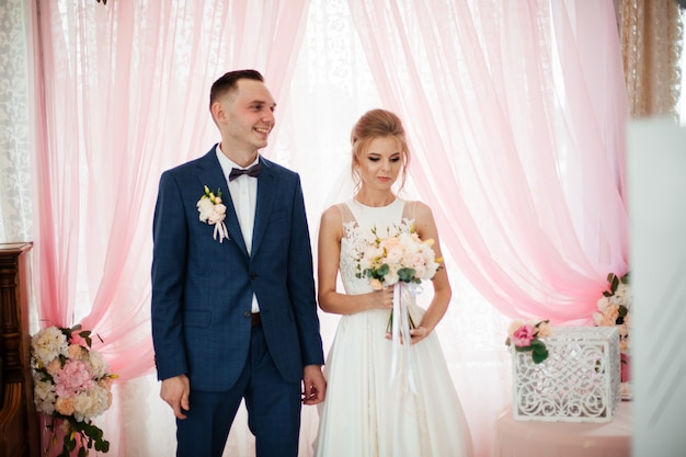 Braut und bräutigam am hochzeitstag