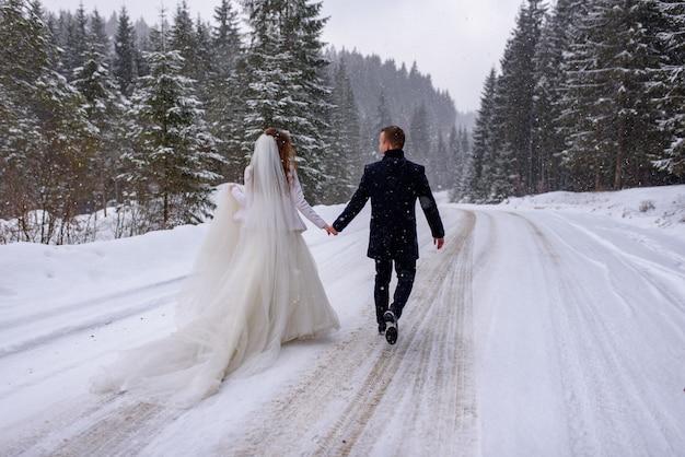 Braut und bräutigam an einem wintertag
