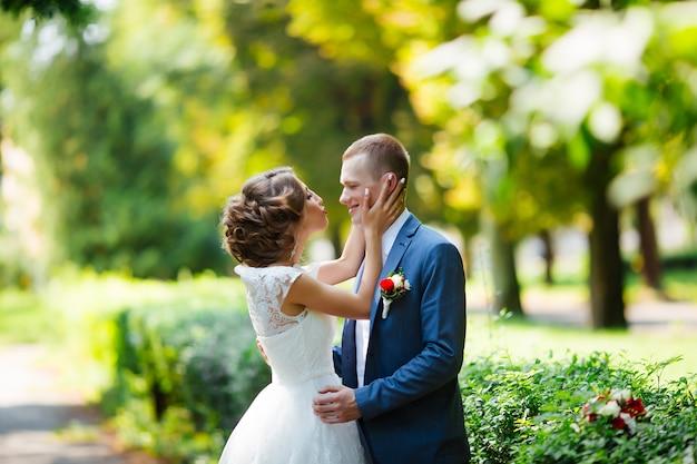 Braut und bräutigam an ihrem hochzeitstag, im freien in der natur spazieren.
