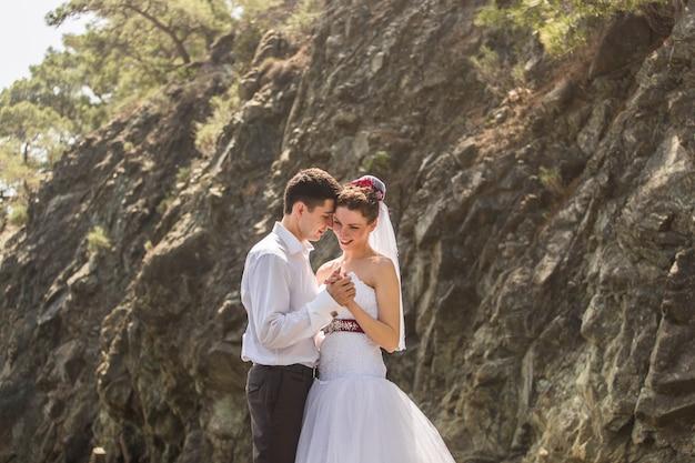 Braut und bräutigam an ihrem hochzeitstag.