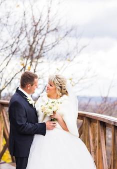 Braut und bräutigam auf ihrer winterhochzeit