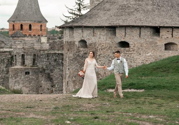 Braut und bräutigam bei der hochzeitszeremonie am alten schloss