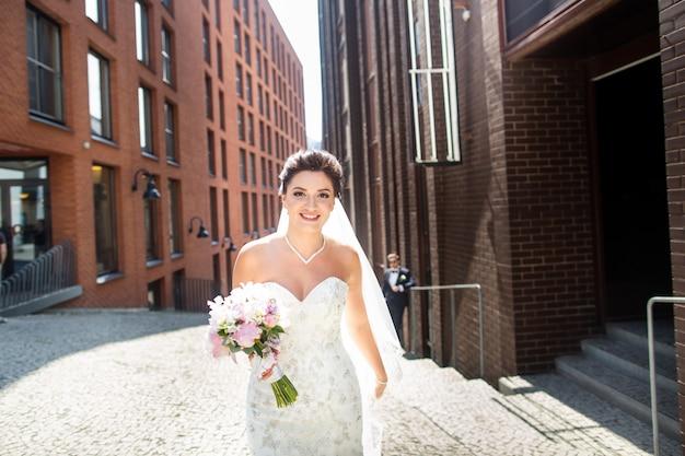 Braut und bräutigam, die in die stadt, hochzeitstag, heirat gehen. braut und bräutigam in städtischem. junges paar im hochzeitstag.