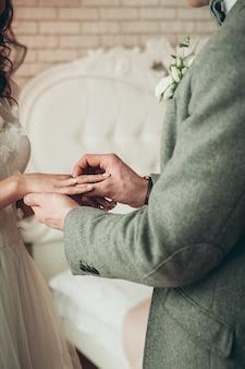 Braut und bräutigam, die ringe austauschen