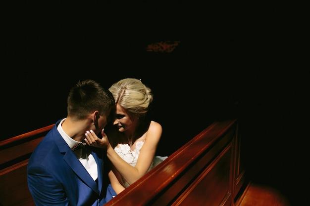 Braut und bräutigam durch licht beleuchtet