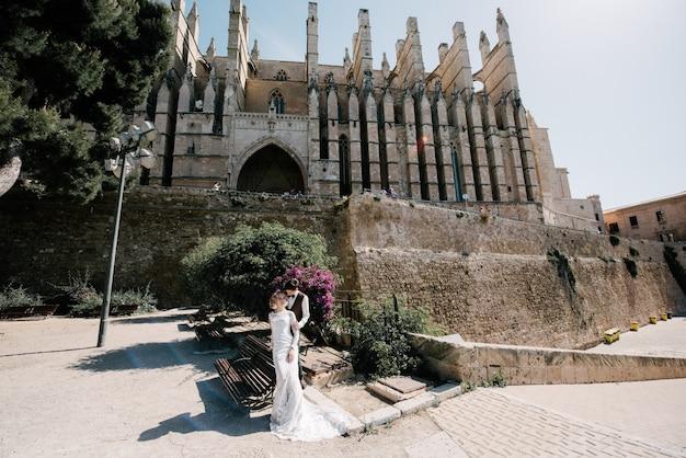 Braut und bräutigam gehen zusammen in die stadt