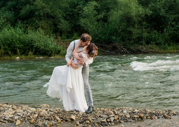 Braut und bräutigam gerade verheiratetes hochzeitspaar
