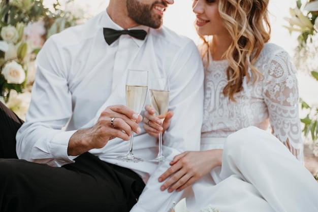 Braut und bräutigam haben ihre hochzeit am strand