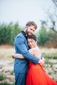 Braut und bräutigam haben romantische zeit und glücklich miteinander