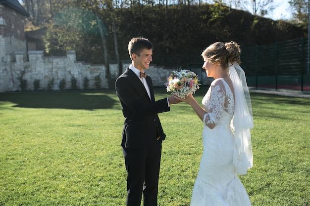 Braut und bräutigam haben spaß in einer alten stadt