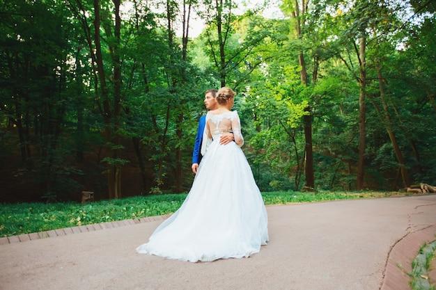 Braut und bräutigam hochzeit. jungvermählten im park.