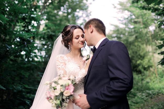 Braut und bräutigam hochzeitspaar, das küsst