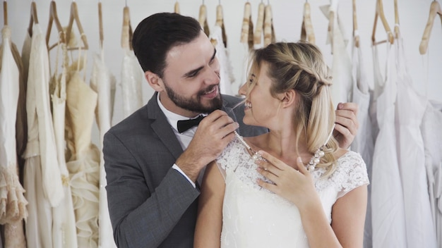 Braut und bräutigam im hochzeitskleid bereiten zeremonie vor.