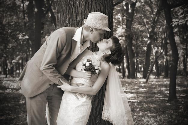 Braut und bräutigam im park