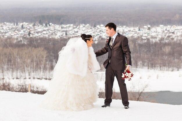 Braut und bräutigam in einem winterfrost mit einem schnee