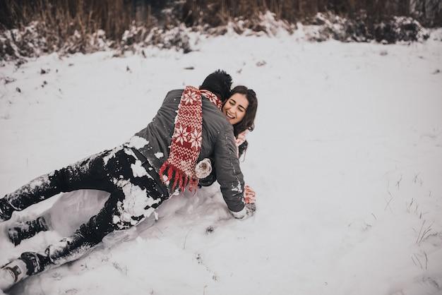 Braut und bräutigam in liebespaar in gestricktem schal und fäustlingen winter