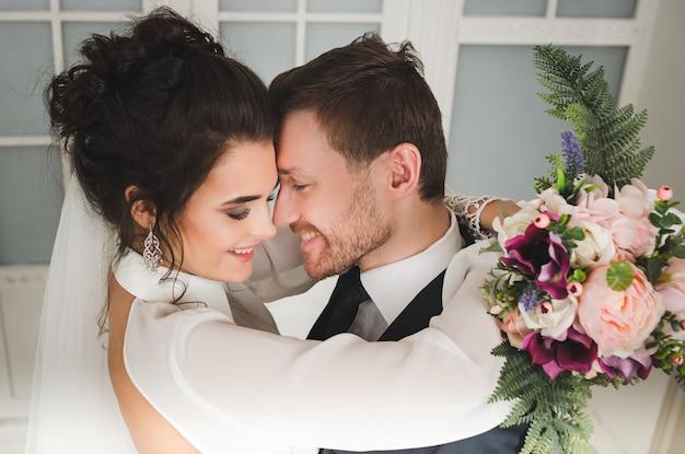 Braut und bräutigam mit brautstrauß bereit für die hochzeit