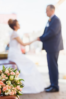 Braut und bräutigam mit brautstrauß