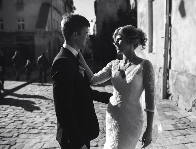 Braut und bräutigam posieren auf den straßen der altstadt