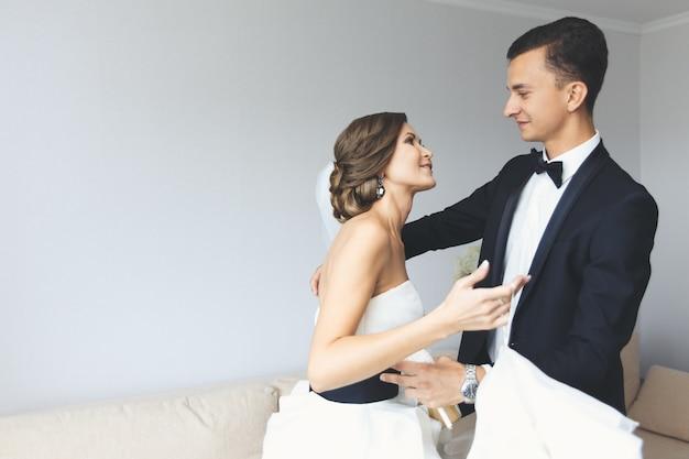 Braut und bräutigam posieren