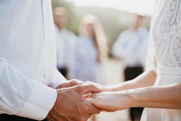 Braut und bräutigam sind liebevoll an ihrem hochzeitstag