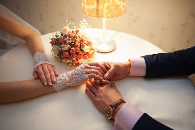 Braut und bräutigam sitzen an einem tisch im restaurant