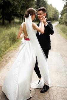 Braut und bräutigam tanzen hochzeitstag