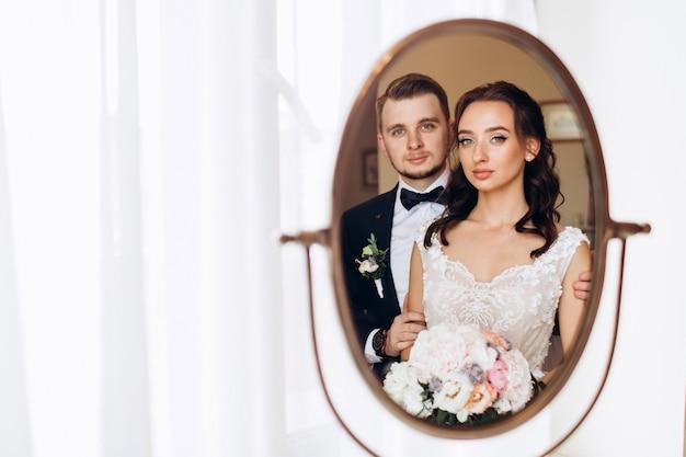 Braut und bräutigam umarmen sich am hochzeitstag