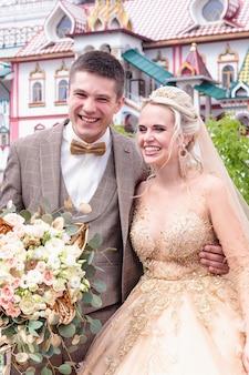 Braut und bräutigam umarmen sich auf der straße im alten kreml. hochzeitstag
