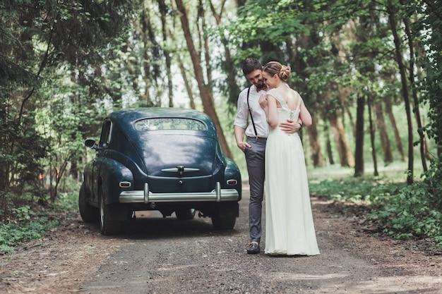 Braut und bräutigam umarmen sich im wald