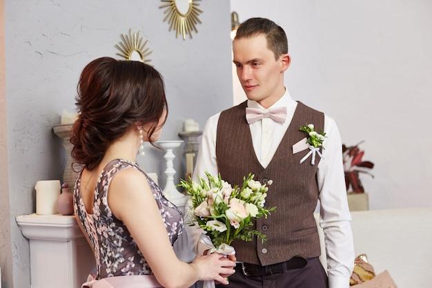 Braut und bräutigam umarmen und posieren für die hochzeit. liebe und zärtlichkeit in jedem blick