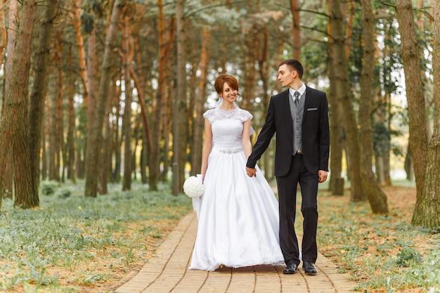 Braut und bräutigam zu fuß