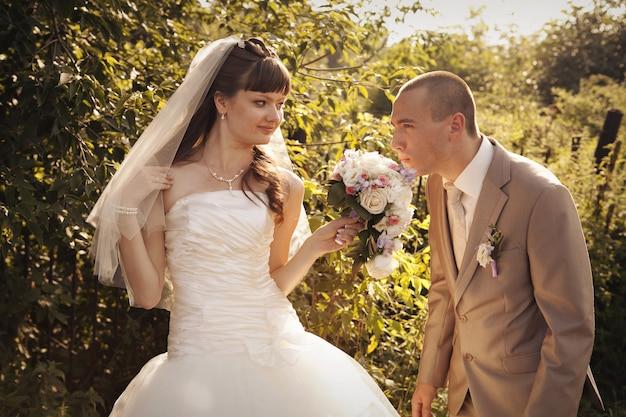 Braut und bräutigam zwischen den bäumen