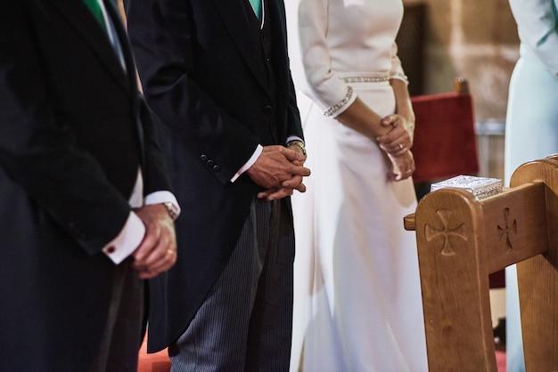 Braut- und bräutigamaufenthalte in einer kirche während der hochzeitszeremonie
