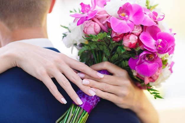 Braut- und bräutigamhände, nahaufnahme.
