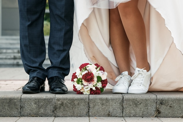 Braut- und bräutigamhochzeitsblumenstrauß auf dem boden. ehe, familiäre beziehungen, hochzeitsutensilien.