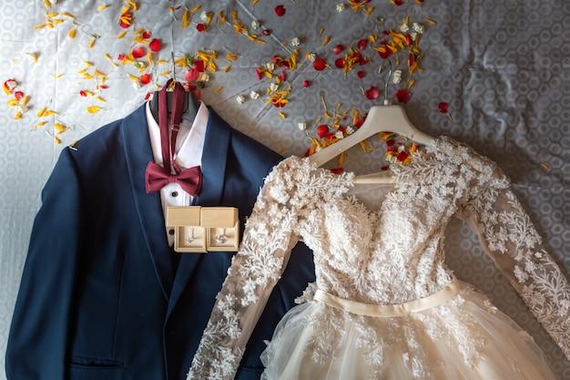 Braut- und bräutigamkleid am hochzeitszeremonietag
