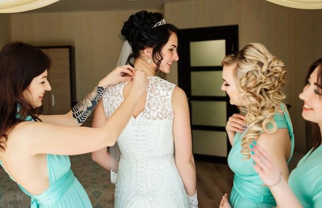 Braut und brautjungfern haben spaß und lachen während der hochzeitsvorbereitungen
