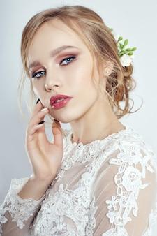 Braut vor der trauung, make-up und haare