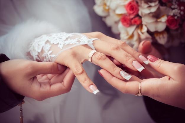 Braut zeigt den ehering zu den freundinnen