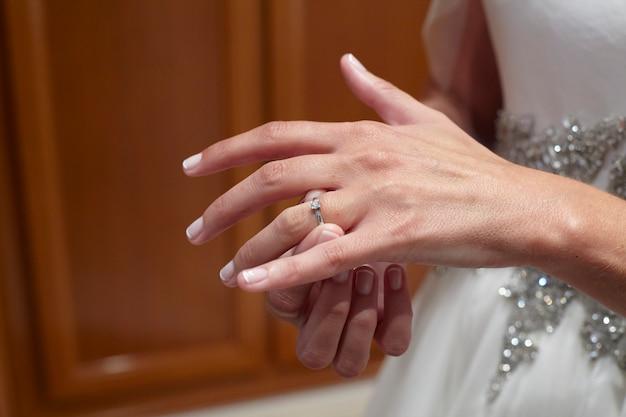 Braut zieht ihren ehering an
