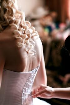 Braut zieht sich im zimmer an.