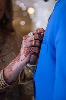 Brautbräutigam, der handhochzeit hält