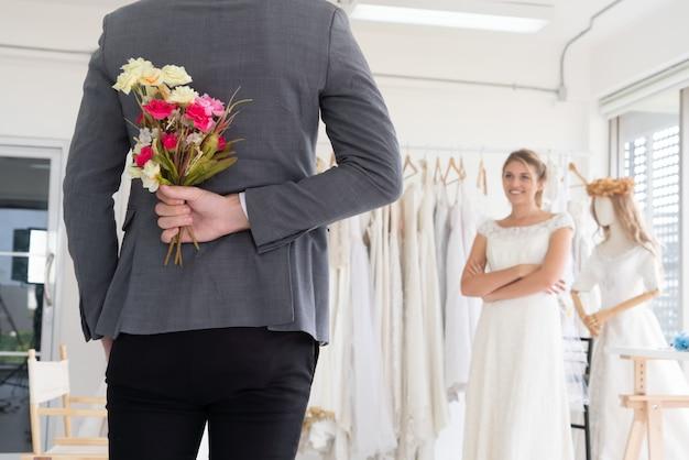 Brautbräutigam im hochzeitskleid in der hochzeitszeremonie.