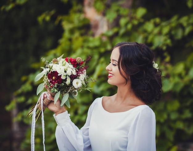 Brautfrau im hochzeitskleid mit eleganter frisur