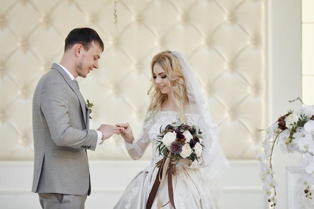 Brautfrau und bräutigam registrieren ihre ehe. hochzeit in der natur. liebe für immer