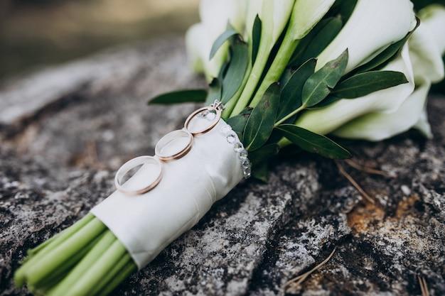 Brauthochzeitsblumenstrauß lokalisiert mit ringen