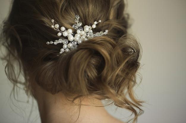Brauthochzeitsfrisur mit schmuck. elegantes haar-accessoire.