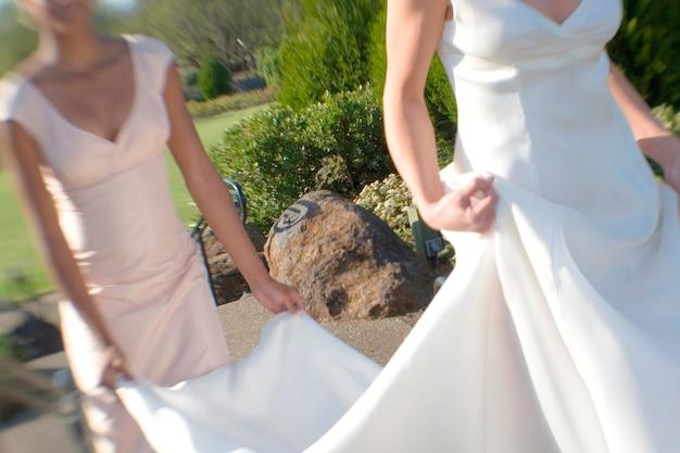 Brautjunfer, der den zug der braut hält