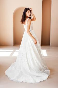 Brautjunges model mit perfekter haut und make-up beigefarbenem hintergrund
